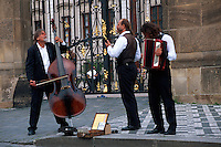 Musiker vor dem Hradschin, Prag, Tschechien, Unesco-Weltkulturerbe.