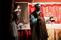 """Milano: messa """"riparatoria"""" celebrata in piazza Libia. La protesta dei cattolici contro il teatro «blasfemo» di Romeo Castellucci. Nella foto il prete lefebvriano, don Floriano Abrahamowicz."""