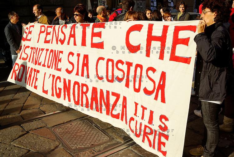 """Milano, manifestazione contro la riforma dell'istruzione. """"Se pensate che l'istruzione sia costosa provate l'ignoranza""""  --- Milan, demonstration against the school reform. """"If you think education is expensive try ignorance"""""""