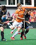 BLOEMENDAAL   - Hockey -  3e en beslissende  wedstrijd halve finale Play Offs heren. Bloemendaal-Amsterdam (0-3).  Jasper Brinkman (Bldaal) in duel met Caspar van Dijk (A'dam) .    Amsterdam plaats zich voor de finale.  COPYRIGHT KOEN SUYK