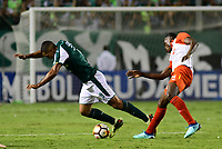 CALI -COLOMBIA ,30-10-2018:Jose Sand (Izq.) jugador del Deportivo Cali  de Colombia disputa el balón con Baldomero Perlaza (Der.) jugador  del Independiente Santa Fe  de Colombia durante partido por los cuartos de final vuelta  de La Copa Conmebol Sudamericana 2018,jugado en el estadio Deportivo Cali  de la ciudad de Palmaseca./Jose Sand (L) Player of Deportivo Cali of Colombia disputes the ball with Baldomero Perlaza(R) player of Independiente Santa Fe  of Colombia during second game for the quarter finals of the Conmebol Sudamericana Cup  2018, played at the Deportivo Cali  stadium in Palmaseca  city. Photo: VizzorImage/ Nelson Rios  / Contribuidor