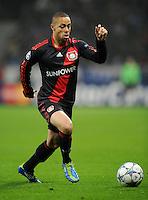 FUSSBALL   CHAMPIONS LEAGUE   SAISON 2011/2012   GRUPPENPHASE Bayer 04 Leverkusen - FC Chelsea    23.11.2011 Sidney SAM (Leverkusen) Einzelaktion am Ball