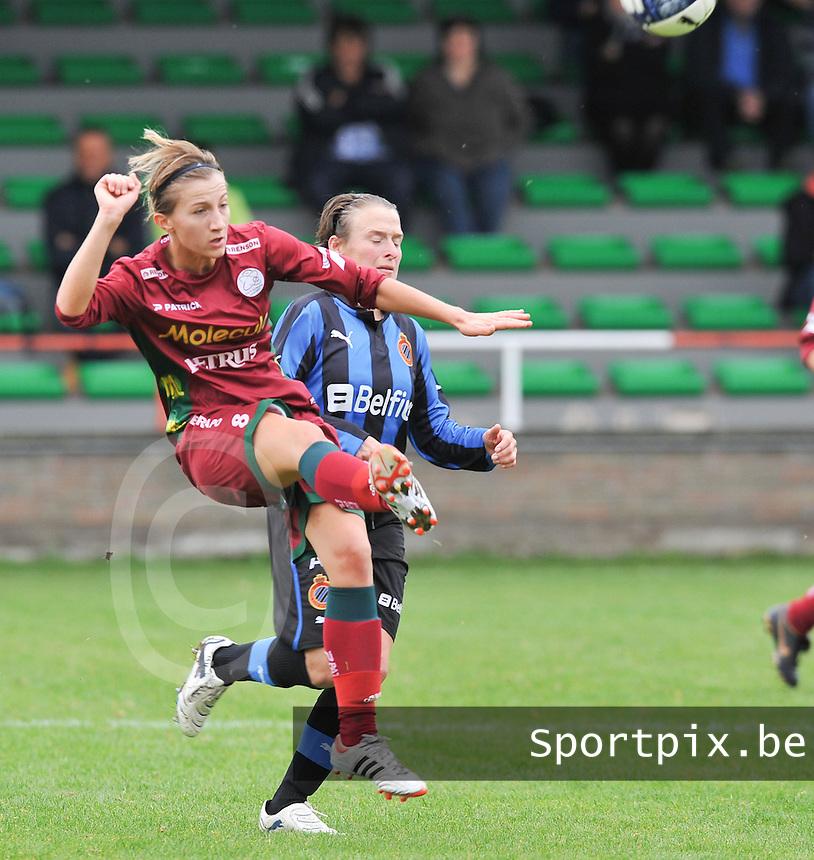 Club Brugge Dames - Dames Zulte Waregem : Elodie Branquart  werkt de bal weg voor Christine Saelens.foto DAVID CATRY / Vrouwenteam.be