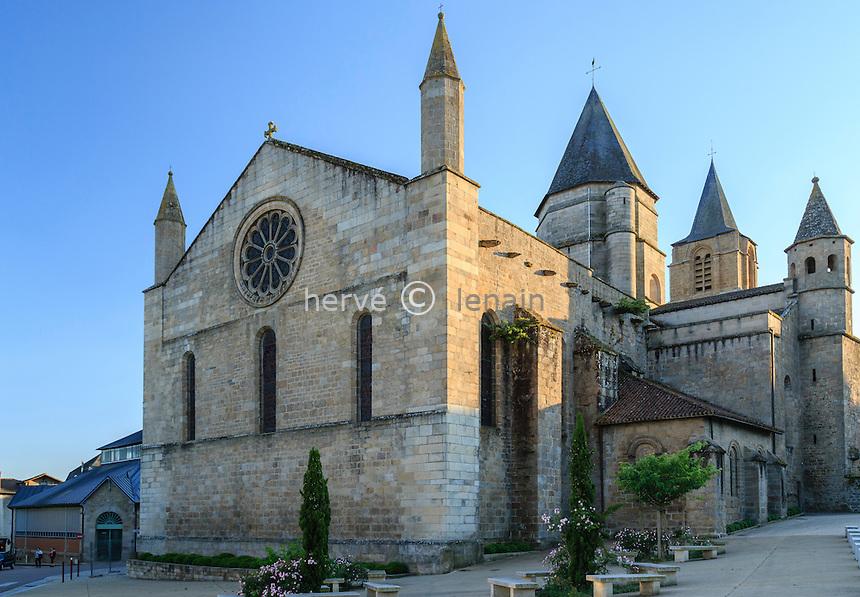 France, Haute-Vienne (87), Saint-Junien, la collégiale Saint-Junien le soir // France, Haute Vienne, Saint-Junien, collegiate church Saint Junien in the evening
