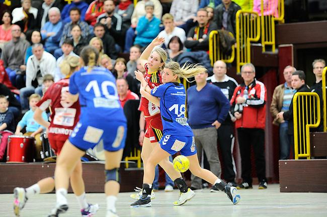 BENSHEIM, DEUTSCHLAND - MAERZ 15: 2. Spieltag in der Abstiegsrunde der Handball Bundesliga Frauen (HBF) in der Saison 2013/2014 zwischen dem Tabellenletzten HSG Bensheim/Auerbach (rot) und dem Tabellenersten der Abstiegsrunde, der HSG Blomberg-Lippe (blau) am 15. Maerz 2014 in der Weststadthalle Bensheim, Deutschland. Endstand 29:32. (16:15)<br /> (Photo by Dirk Markgraf/www.265-images.com) *** Local caption *** #7 Pia Hildebrand von der HSG Bensheim/Auerbach, Angela Malestein (#18) von der HSG Blomberg-Lippe