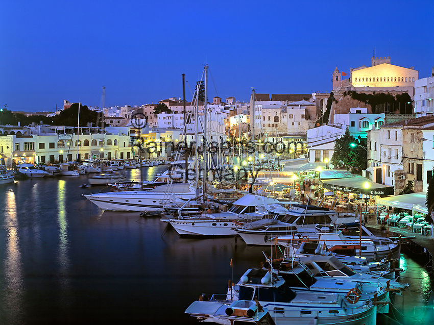 Spanien, Balearen, Menorca, Ciutadella: Stadt und Hafen bei Nacht | Spain, Balearic Islands, Menorca, Ciutadella: Town and Harbour at night