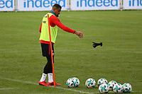 Kevin-Prince Boateng (Eintracht Frankfurt) zieht die Handschuhe aus - 14.11.2017: Eintracht Frankfurt Training, Commerzbank Arena