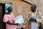 BURKINA FASO Kaya, Bank der Dioezese Kaya vergibt Mikrokredite fuer Kleinunternehmer zur Einkommensfoerderung, Kreditgruppe<br /> Im Dorf PISSILA, Frau HONORINE SAWADOGO, sie leitet die Gruppe im Dorf / BURKINA FASO Kaya, diocese bank gives micro loan for income generation