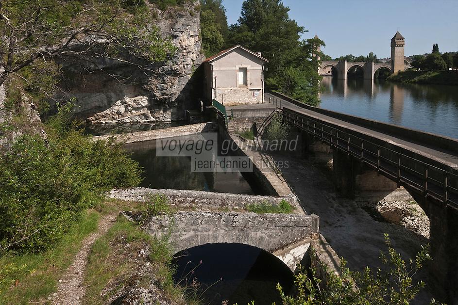 Europe/Europe/France/Midi-Pyrénées/46/Lot/Cahors: La Fontaine  des Charteux,  lovée sous une voute rocheuse, c'est une résurgence et en fond le Pont Valentré