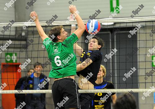 2012-10-13 / Volleybal / seizoen 2012-2013 / Mendo Booischot - Amigos Zoersel / Viktor Vriens (Amigos) tegenover Raf Vekemans (vooraan)..Foto: Mpics.be