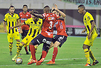 BARRANCABERMEJA -COLOMBIA, 02-11-2015:  Mateo Figoli (Izq) jugador de Alianza Petrolera disputa el balón con Daniel Torres (Der) de Independiente Medellin durante encuentro  por la fecha 18 de la Liga Aguila II 2015 disputado en el estadio Daniel Villa Zapata de la ciudad de Barrancabermeja./ Mateo Figoli (L) player of Alianza Petrolera fights for the ball with Daniel Torres (R) player of Independiente Medellin during match for the date 18 of the Aguila League II 2015 played at Daniel Villa Zapata stadium in Barrancabermeja city. Photo:VizzorImage / Jose David Martinez / Cont