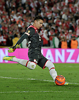 BOGOTA - COLOMBIA - 18-12-2016: Leandro Castellanos, goalkeeper of Independiente Santa Fe, in action during a match for the second leg between Independiente Santa Fe and Deportes Tolima, for the final of the Liga Aguila II -2016 at the Nemesio Camacho El Campin Stadium in Bogota city, Photo: VizzorImage / Luis Ramirez / Staff.