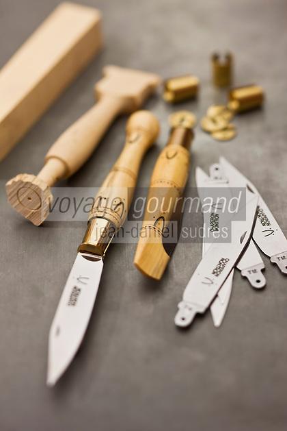 Europe/France/Aquitaine/24/Dordogne/Périgord vert/Nontron: Couteaux de Nontron et ses différentes pièces à la Coutellerie Nontronnaise - Son manche est en buis pyrogravé avec une virole en laiton. C'est le plus ancien couteau fermant en France.