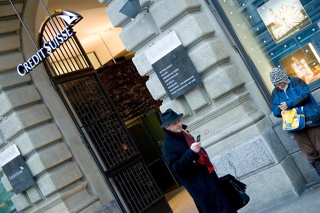 Zentrale der Schweizer Bank Credit Suisse am zuericher Paradeplatz<br />9.1.2009, Zuerich/Schweiz<br />Copyright: Christian-Ditsch.de<br />[Inhaltsveraendernde Manipulation des Fotos nur nach ausdruecklicher Genehmigung des Fotografen. Veroeffentlichung nur gegen Honorar, Urhebervermerk und Belegexemplar. Verwendung des Bildes ausserhalb journalistischer Berichterstattung bedarf besonderer schriftlicher Vereinbarung. Attention: NO MODEL-RELEASE! Please see Details on our Website or contact us: www.version-foto.de - Bank Details: Konto: I N G - D i B a, IBAN DE58500105175400192269, BIC INGDDEFFXXX, Kontakt: post@christian-ditsch.de Urhebervermerk wird gemaess Paragraph 13 UHG verlangt.]