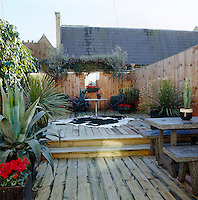 The outdoor garden has been totally decked out to create a comfortable area for enterteining and an un-demanding upkeep