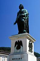 Oesterreich, Salzburger Land, Salzburg: Mozartstatue auf dem Mozartplatz | Austria, Salzburger Land, Salzburg: Mozart statue at Mozart Square