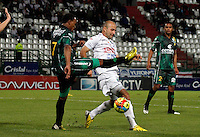MANIZALES -COLOMBIA, 22-08-2013. Edwards Jimenez (D) del Once Caldas disputa el balón con Pedro Pino (I) de La Equidad  en partido válido por la fecha 5 de la Liga Postobón II 2013 jugado en el estadio Palogrande de la ciudad de Manizales./ Edwards Jimenez (R) of Once Caldas fights for the ball with  Pedro Pino (L) of La Equidad during match valid for the fifth date of the Postobon  League II 2013 at Palogrande stadium in Manizales city. Photo: VizzorImage/Yonboni/STR