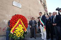 Anniversario omicidio del giornalista Giancarlo Siani trucidato dalla Camorra nel 1985<br /> nella fotoLuigi De Magistris depone una corona di fiori