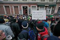 """Mehr als 1.000 Menschen versuchten am Donnerstag den 14. Februar 2013 in den fruehen Morgenstunden in Berlin-Kreuzberg die Zwangsraeumung einer 5-koepfigen Familie zu verhindern. Anwohner aus dem Stadtteil und Unterstuetzer blockierten den Hauseingang mit einer Sitzblockade. Mehrere Hundertschaften der Berliner Polizei machten der Gerichtsvollzieherin und dem Schluesseldienst den Weg frei um die Zwangsraeumung zu vollstrecken. Bei der Raeumung der Sitzblockade gab es mehrere verletzte Personen durch schmerzhafte Polizeigriffe u.a. in die Augen.<br />Nach der erfolgten Raeumung zogen einige hundert Menschen mit einer Spontandemo durch den Stadtteil, die von der Polizei augeloest wurde. Dabei kam es zu mehreren, teilweise willkuerlichen Festnahmen - """"Ey, scheiss egal, wir nehmen jetzt irgendwen fest"""", so ein Beamter.<br />14.2.2013, Berlin<br />Copyright: Christian-Ditsch.de<br />[Inhaltsveraendernde Manipulation des Fotos nur nach ausdruecklicher Genehmigung des Fotografen. Vereinbarungen ueber Abtretung von Persoenlichkeitsrechten/Model Release der abgebildeten Person/Personen liegen nicht vor. NO MODEL RELEASE! Don't publish without copyright Christian-Ditsch.de, Veroeffentlichung nur mit Fotografennennung, sowie gegen Honorar, MwSt. und Beleg. Konto:, I N G - D i B a, IBAN DE58500105175400192269, BIC INGDDEFFXXX, Kontakt: post@christian-ditsch.de<br />Urhebervermerk wird gemaess Paragraph 13 UHG verlangt.]"""
