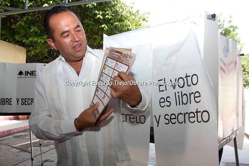 San Juan del R&iacute;o, Qro. 7 junio 2015.- El candidato a la presidencia municipal, Gerardo S&aacute;nchez, acudi&oacute; muy temprano al preescolar Jos&eacute; Nieto Dorantes, de la calle Galeana, en el centro hist&oacute;rico.<br /> <br /> A Gerardo S&aacute;nchez le acompa&ntilde;&oacute; su esposa, hijos y sus pap&aacute;s.