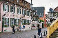 Deutschland, Rheinland-Pfalz, Deidesheim: Gasthaus zur Kanne im Ortszentrum, das aelteste Gasthaus der Pfalz, entstanden um 1160 | Germany, Rhineland-Palatinate, Deidesheim: 'Gasthaus zur Kanne' at village centre, Palatinate's oldest pub, opened about 1160