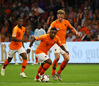 Steven Bergwijn (Niederlande) setzt sich durch - 13.10.2018: Niederlande vs. Deutschland, 3. Spieltag UEFA Nations League, Johann Cruijff Arena Amsterdam, DISCLAIMER: DFB regulations prohibit any use of photographs as image sequences and/or quasi-video.