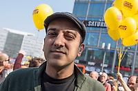 """Demonstration des Buendnis """"#Mietenwahnsinn"""" mit mehr als 15.000 Menschen am Samstag den 6. April 2019 in Berlin gegen steigende Mieten und Verdraengung.<br /> Die Demonstration und dazugehoerige Aktionstage sind ein Gemeinschaftsprojekt von ueber 280 mieten- und stadtpolitischen Gruppen, Vereinen, Verbaenden, sozialen Einrichtungen und vielen weiteren Organisationen aus dem ganzen Bundesgebiet.<br /> Demonstrationen und Aktionen fanden bundesweit in 24 Staedten und europaweit in Spanien, Niederlande, Italien, Belgien, Ungarn, Romaenien, Irland, Portugal, Gross Britannien, Zypern, Mallorca, Frankreich statt.<br /> Zeitgleich startete die Unterschriftensammlung fuer ein Volksbegehren zur Enteignung von Immobilienkonzernen wie Deutsche Wohnen, Akelius, Vonovia und anderen Firmen, die mehr als 3.000 Mietwohnungen besitzen.<br /> Im Bild: Rouzbeh Taheri, einer der Organisatoren des Volksbegehren.<br /> 6.4.2019, Berlin<br /> Copyright: Christian-Ditsch.de<br /> [Inhaltsveraendernde Manipulation des Fotos nur nach ausdruecklicher Genehmigung des Fotografen. Vereinbarungen ueber Abtretung von Persoenlichkeitsrechten/Model Release der abgebildeten Person/Personen liegen nicht vor. NO MODEL RELEASE! Nur fuer Redaktionelle Zwecke. Don't publish without copyright Christian-Ditsch.de, Veroeffentlichung nur mit Fotografennennung, sowie gegen Honorar, MwSt. und Beleg. Konto: I N G - D i B a, IBAN DE58500105175400192269, BIC INGDDEFFXXX, Kontakt: post@christian-ditsch.de<br /> Bei der Bearbeitung der Dateiinformationen darf die Urheberkennzeichnung in den EXIF- und  IPTC-Daten nicht entfernt werden, diese sind in digitalen Medien nach §95c UrhG rechtlich geschuetzt. Der Urhebervermerk wird gemaess §13 UrhG verlangt.]"""