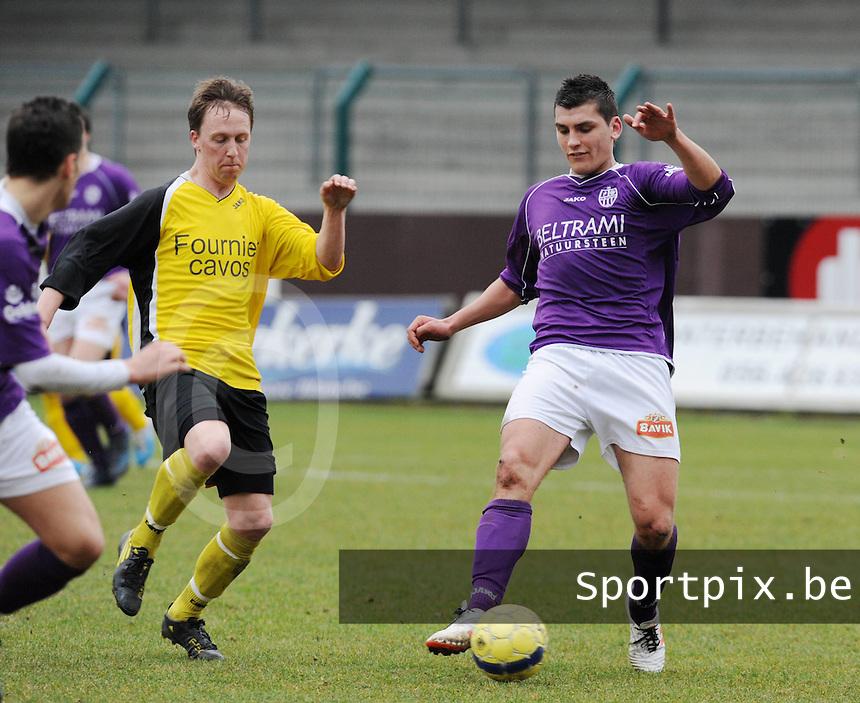 SW Harelbeke - SC Menen : Jenci Dejonghe aan de bal voor de aanstormende Mathias Viane.foto VDB / BART VANDENBROUCKE