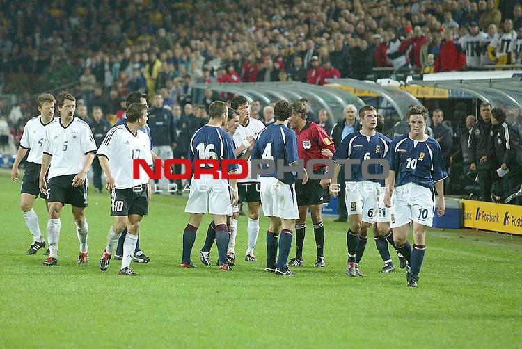 Laenderspiel EM 2004 Qualifikation<br /> Deutschland vs. Schottland 2:1<br /> Tummelte nach dem Foul an Tobias Rau,<br /> <br /> Foto &copy; nordphoto <br />  *** Local Caption *** Foto ist honorarpflichtig! zzgl. gesetzl. MwSt.<br />  Belegexemplar erforderlich<br /> Adresse: nordphoto<br /> Georg-Reinke-Strasse 1<br /> 49377 Vechta