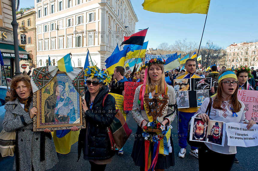 Roma 23 Febbraio 2014<br /> Manifestazione nazionale della comunit&agrave; ucraina in Italia per  ricordare i morti degli scontri dei giorni scorsi a Kiev e contro la dittatura del presidente  Yanukovych.<br /> Rome 23 Febraury  2014<br /> National demonstration of the Ukrainian community in Italy to commemorate the dead of the recent clashes in Kiev and against the dictatorship of President Yanukovych.