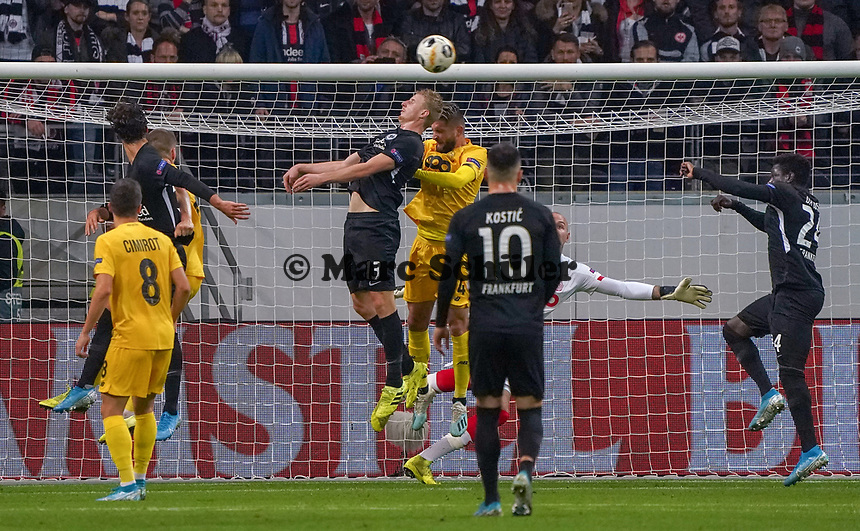 Martin Hinteregger (Eintracht Frankfurt) fliegt beim Freistoss von Daichi Kamada (Eintracht Frankfurt) vor dem Tor zum 1:0 unter dem Ball durch - 24.10.2019:  Eintracht Frankfurt vs. Standard Lüttich, UEFA Europa League, Gruppenphase, Commerzbank Arena<br /> DISCLAIMER: DFL regulations prohibit any use of photographs as image sequences and/or quasi-video.