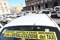 NAPOLI PROTESTA DEI TASSISTI NAPOLETANI CONTRO LA LIBERARIZZAZIONE NELLA FOTO IL PRESIDIO PERMANENTE IN PIAZZA PLEBISCITO FOTO CIRO DE LUCA