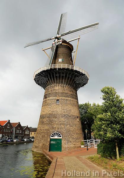 Schiedam- De Noord molen . De Schiedamse molens zijn de hoogste klassieke windmolens ter wereld. Er zijn 6 molens overgebleven van de twintig die ooit in Schiedam stonden. De molens werden ingezet als brandersmolens, en maalden gemout graan voor de branders, die moutwijn stookten voor de jeneverindustrie. Sinds 2006 heeft Schiedam een zevende (moderne) molen. In de Noordmolen is tegewoordig een restaurant gevestigd