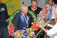 SKUTSJESILEN: LEMMER: feesttent, 18-08-2012, IFKS skûtsjesilen, winnaars IFKS 2012, Lytse Lies (A-Klasse), Tony Brundel ontvangt voor de 5e maal de kampioensprijs, ©foto Martin de Jong