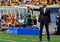 BRASILIA - BRASIL -19-06-2014. Jose Pekerman (Izq) técnico  de Colombia (COL) da instrucciones durante el partido del Grupo C contra Costa de Marfil (CIV) por la Copa Mundial de la FIFA Brasil 2014 jugado en el estadio Mané Garricha de Brasilia./ Jose Pekerman (L) coach of Colombia (COL) gives directions during the Group C match against Ivory Coast (CIV) for the 2014 FIFA World Cup Brazil played at Mane Garricha stadium in Brasilia. Photo: VizzorImage / Alfredo Gutiérrez / Contribuidor