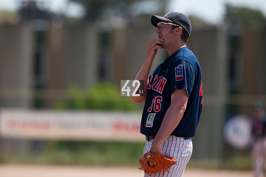 24 May 2009: Ian Young of Rouen is seen on defense at first base during the 2009 challenge de France, a tournament with the best French baseball teams - all eight elite league clubs - to determine a spot in the European Cup next year, at Montpellier, France. Rouen wins 7-5 over Savigny.