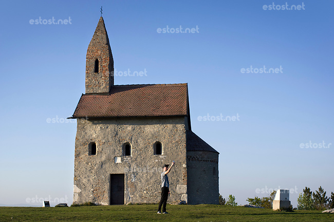 SLOWAKEI, 04.2017, Nitra. Die Kapelle des Dorfes Drazovce am Stadtrand ist ein beliebtes Ausflugsziel. Selfi-Fotografie. | Beyond the city, the chapel of the village of Drazovce is a popular site. Taking selfies.<br /> &copy; Martin Fejer/EST&amp;OST
