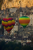 Europe/France/Midi-Pyrénées/46/Lot/Rocamadour: Concentration de montgolfières- décollage des montgolfières du canyon de l'Alzou  // France, Lot, Haut Quercy, Rocamadour, a stop on el Camino de Santiago, hot air balloon