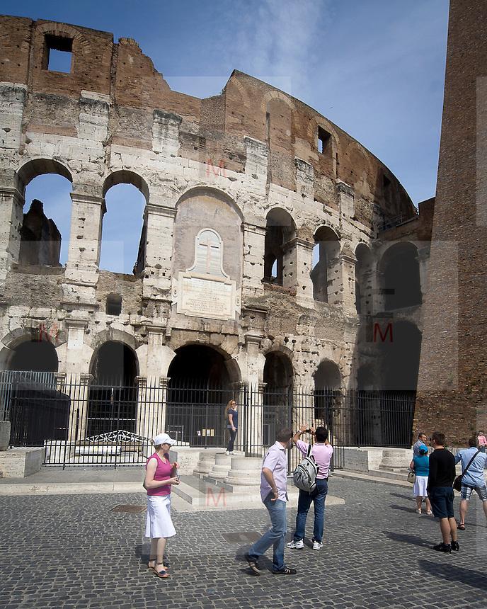 Turisti vicino al Colosseo a Roma..Tourists close the Coliseum in Rome