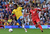 Olympia 2012 London  Fussball  Maenner   29.07.2012 Brasilien - Weissrussland MARCELO (li, Brasilien) gegen Denis POLYAKOV (Belarus)