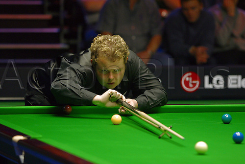 November 23, 2003: English player STEPHEN LEE using a rest during his third round match against Pinches in the Travis Perkins UK Championship Finals at the York Barbican Centre. LEE lost to Pinches 9 - 6. Photo: Neil Tingle/Action Plus...snooker 031123