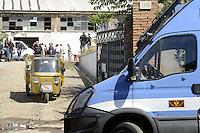 Roma, 17 Agosto 2012.Via Prenestina 911.La polizia sgombera decine di famiglie Rom che occupavano capannoni abbandonati..L'esperienza unica a Roma,accanto allo spazio Metropoliz, era esempio di convivenza e crescita.La scolarizzazione dei bambini altissima.