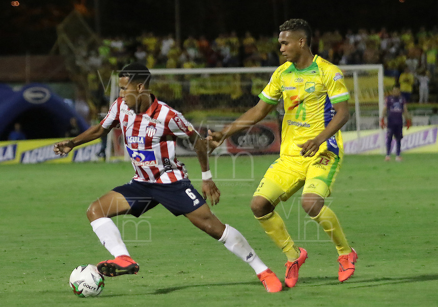 NEIVA - COLOMBIA, 15-09-2019: Diego Moreno de Huila disputa el balón con James Sanchez de Junior durante partido por la fecha 11 de la Liga Águila II 2019 entre Atlético Huila y Atlético Junior jugado en el estadio Guillermo Plazas Alcid de la ciudad de Neiva. / Diego Moreno of Huila fights for the ball with James Sanchez of Junior during match for the date 11 of the Liga Aguila II 2019 between Atletico Huila and Atletico Junior played at the Guillermo Plazas Alcid stadium of Neiva city. VizzorImage / Sergio Reyes / Cont