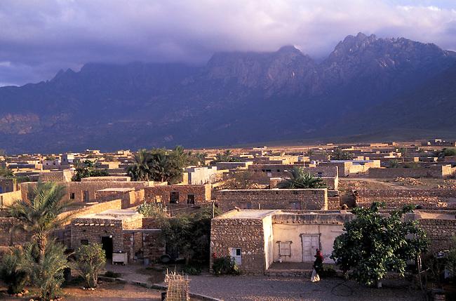 Yemen, ile de Socotra. La ville de Hadibo et  le djebel Haggier. *** Town of Hadibo and Haggier djebel, Socotra island, Yemen.