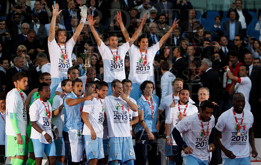 Calcio, finale di Coppa Italia: Roma vs Lazio. Roma, stadio Olimpico, 26 maggio 2013..Lazio players celebrate at the end of the Italian Cup football final match between AS Roma and Lazio at Rome's Olympic stadium, 26 May 2013. Lazio won 1-0..UPDATE IMAGES PRESS/Isabella Bonotto....