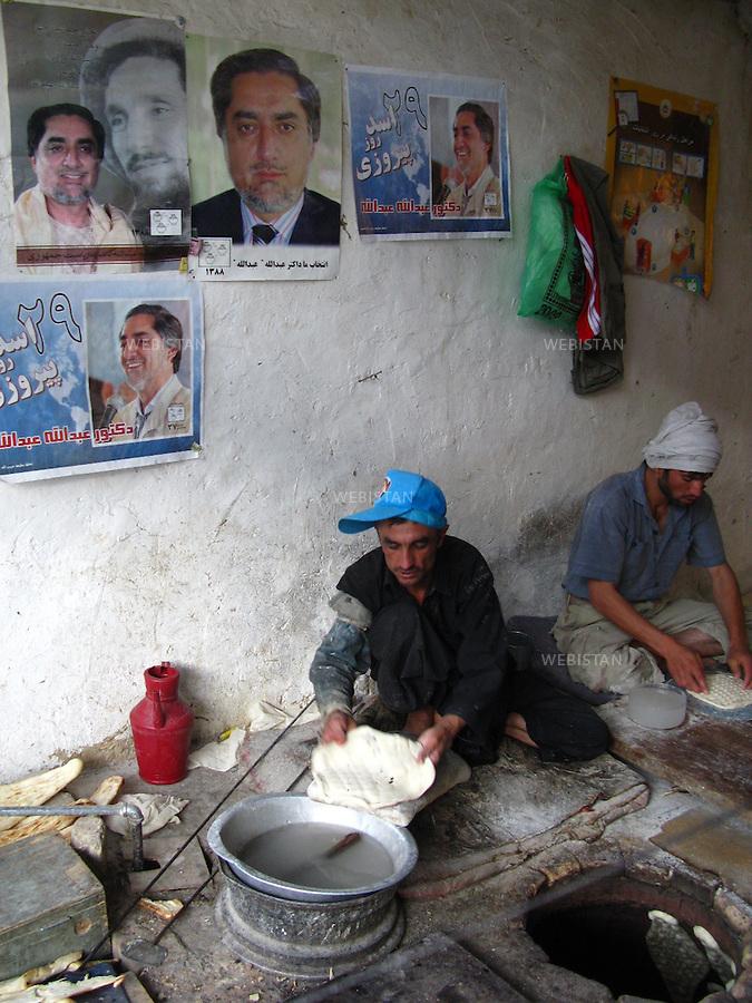 AFGHANISTAN - VALLEE DU PANJSHIR - BAZARAK - 17 aout 2009 : Boulangerie dans la ville de Bazarak, dont les murs sont couverts d'affiches de campagne du Dr. Abdullah Abdullah, candidat aux elections presidentielles afghanes de 2009. ..AFGHANISTAN - PANJSHIR VALLEY - BAZARAK - August 17th, 2009 : Campaign posters for the 2009 Afghan presidential candidate Dr. Abdullah Abdullah cover the walls of a bakery in the city of Bazarak.