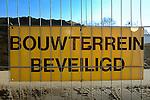 LEIDEN - Een bord aan een bouwhek maakt melding dat een bouwplaats beschermd is tegen diefstal van bouwmateriaal, criminaliteit, vernielingen en vandalisme, door de tekst: Bouwterrein beveiligd. COPYRIGHT TON BORSBOOM