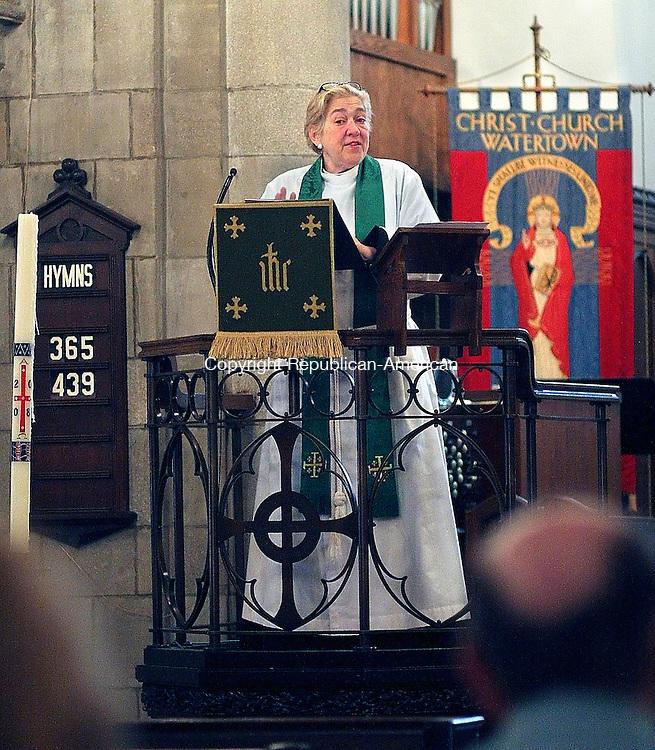 WATERTOWN, CT - 22 JUNE 2008 -062208JW01.jpg -- Rev Susan McCone delivers her sermon Sunday morning in the Christ Church parish.  Jonathan Wilcox Republican-American