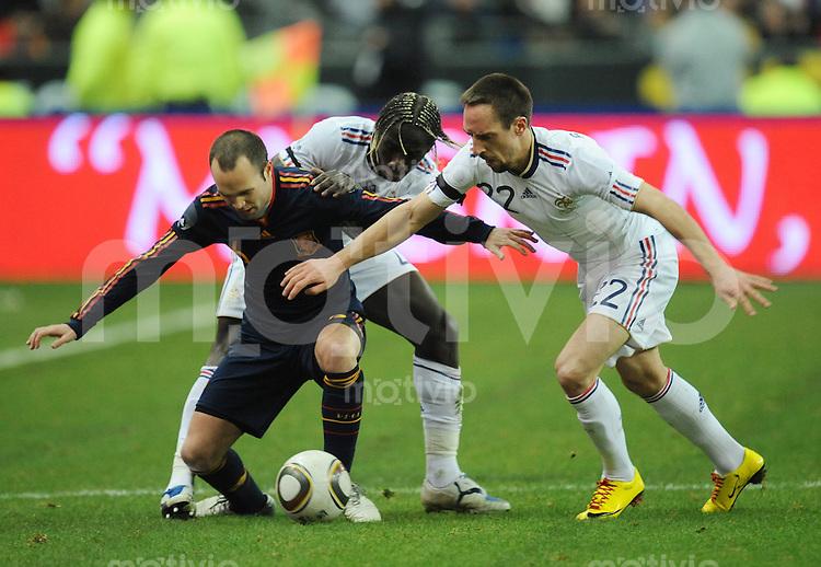 Fussball International Testspiel 03.03.2010 Frankreich - Spanien  Anders Iniesta (ESP links) gegen Bacary Sagna (Mitte) und Franck Ribery (beide FRA)