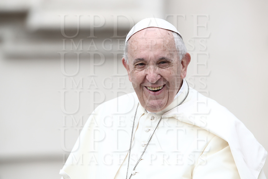 Papa Francesco arriva all'udienza generale del mercoledi' in Piazza San Pietro, Citta' del Vaticano, 13 giugno, 2018.<br /> Pope Francis arrives to lead his weekly general audience in St. Peter's Square at the Vatican, on June 13, 2018.<br /> UPDATE IMAGES PRESS/Isabella Bonotto<br /> <br /> STRICTLY ONLY FOR EDITORIAL USE